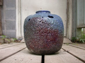 A-M Tremblay. L'O bleu. 2004, Raku, 27.9x22.9cm. photo A-M Tremblay.