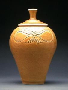Ruth Gowdy McKinley. Covered Jar. c.1979. 25.5 x 15.5 cm. Porcelain, wood-fired. Gardiner Museum. Gift of Aaron Milrad in memory of Bella and Joseph Milrad.