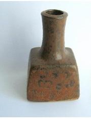Gaetan Beaudin c. 1965 Long Necked Square Bottle. Photo Antiquipaul. L'Association des collectionneurs de céramique du Québec