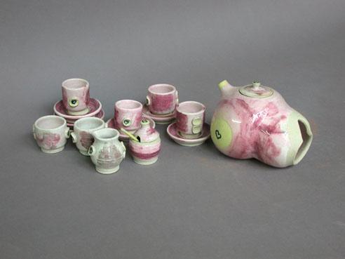 A-M Tremblay. Théière-sein et set de thé miniature. 1975. porcelain with tin/chrome glazes in oxidation firing. Tea pot, H.10.2x11.4 cm. Cups are 3.8 cm high. Collection Ève K. Tremblay. Photo A-M Tremblay.