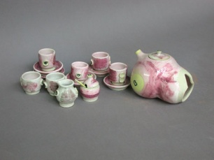 A-M Tremblay. Théière-sein et set de thé miniature. 1975. porcelain with tin/chrome glazes in oxidation firing. Tea pot, H.10.2x11.4 cm. Cups are 3.8 cm high. Collection Ève K. Tremblay. Photo A-M Tremblay.