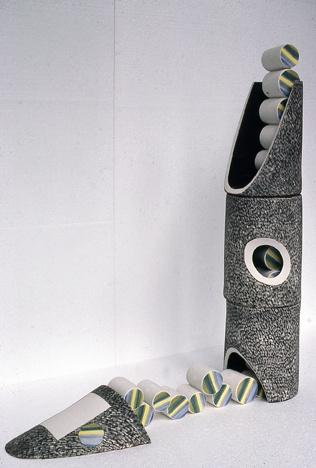 A-M Tremblay. Xipéhuz # 1. 1982. 120x25x120 cm. porcelaine et colloïdes de porcelaine. 1280° Collection Musée National des Beaux-Arts de Québec. photo Daniel Gagné.
