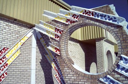 A-M Tremblay. La Course du Soleil. 1991. Sundial. Glazed bétonique (concrete clay), bricks. Ecole Val-des-Monts, Prevost, QC. Photo A-M Tremblay.