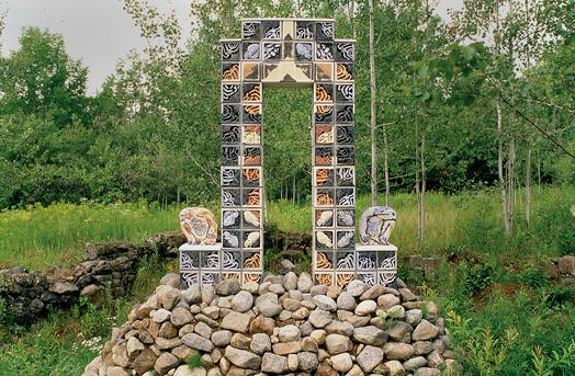 A-M Tremblay. La porte du Nord - Deux chimères. 1995. Concrete clay, cast. Collection Pierre-Alexis Tremblay, Val-David. Photo A-M Tremblay.