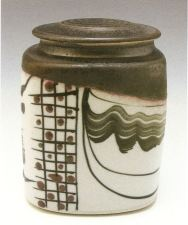 Robin Hopper. Square Lidded Jar, B'Oribe Series. Black gloss and dry white glazes, black pigment brushwork and glaze trailing. Reduction fired cone 10. 17,8 x 12,7 cm. Photo: Judi Dyelle.