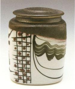 Robin Hopper. Square Lidded Jar, B'Oribe Series. Black gloss and dry white glazes, black pigment brushwork and glaze trailing. Reduction fired cone 10. 17,8 x 12,7 cm. Photo: Judi Dyelle.