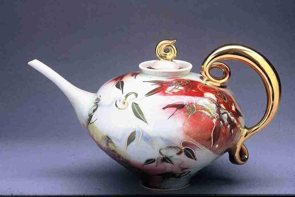 Valerie Metcalfe. 1995. Teapot. Porcelain and gold lustre. 22.9 cm. h.