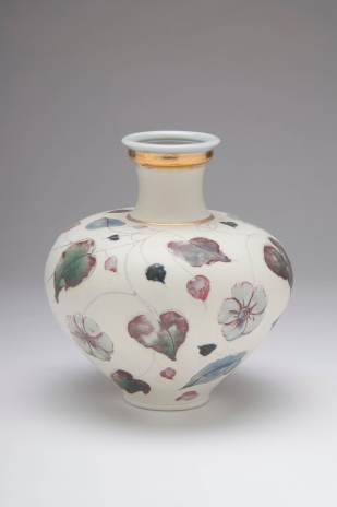 Valerie Metcalfe. 2018. Flowers in the Snow. 33 cm high. Porcelain. Mishima drawing with painted glaze, underglaze and wax design. Gold lustre accents.
